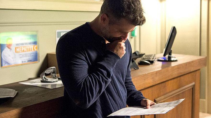 Gabriel lê resultado de DNA que comprova paternidade de Egídio