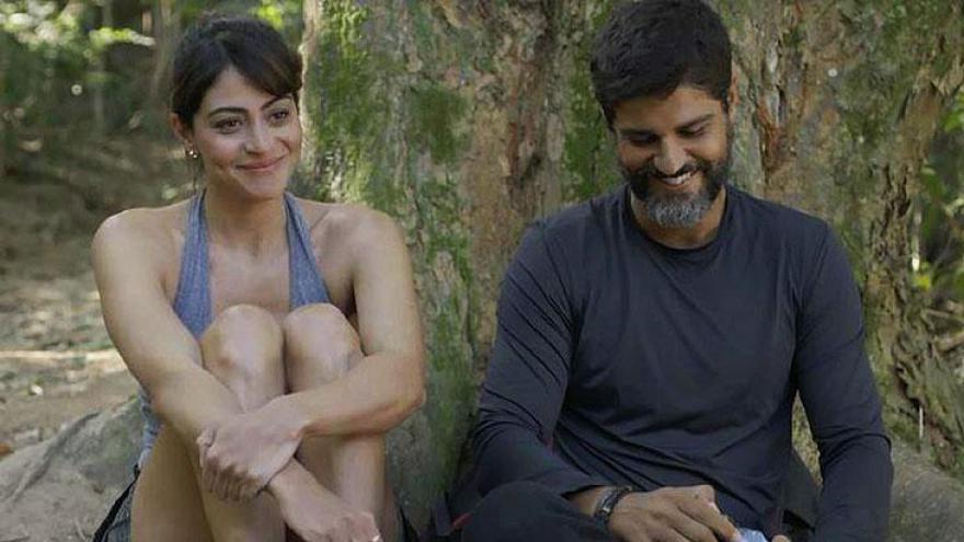 Helena (Carol Castro) e Hussein (Bruno Cabrerizo) conversam sobre amor