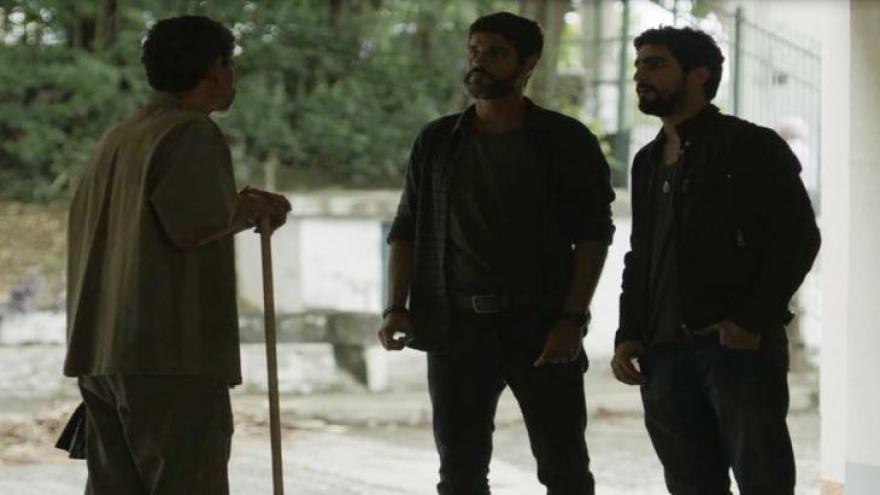 Jamil (Renato Góes) e Hussein (Bruno Cabrerizo) conversam com porteiro em 'Órfãos da Terra'