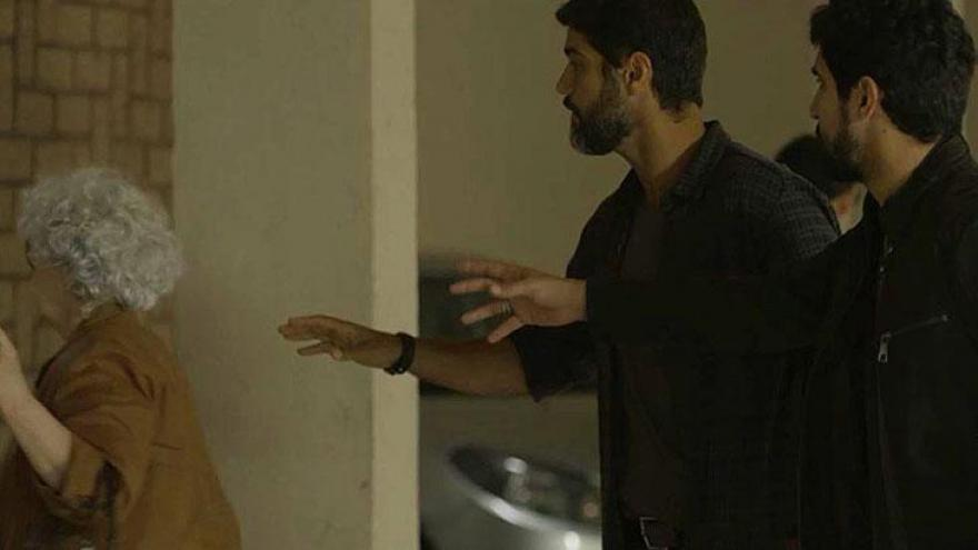 Jamil (Renato Góes) e Hussein (Bruno Cabrerizo) tentam falar com possível testemunh