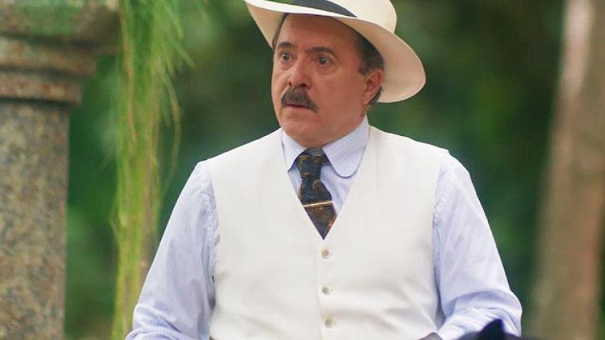 José Augusto (Tony Ramos) vê a dupla saindo e não gosta