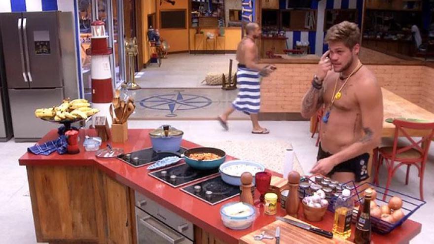 Quando Kaysar aparece na cozinha. Eles logo mudam de assunto