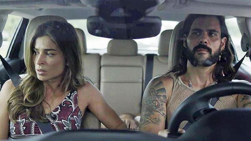 Lívia e Mariano fogem da polícia