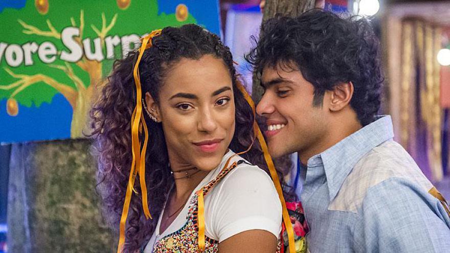 Jade ( Yara Charry ) e Érico ( Gabriel Fuentes ) na festa junina