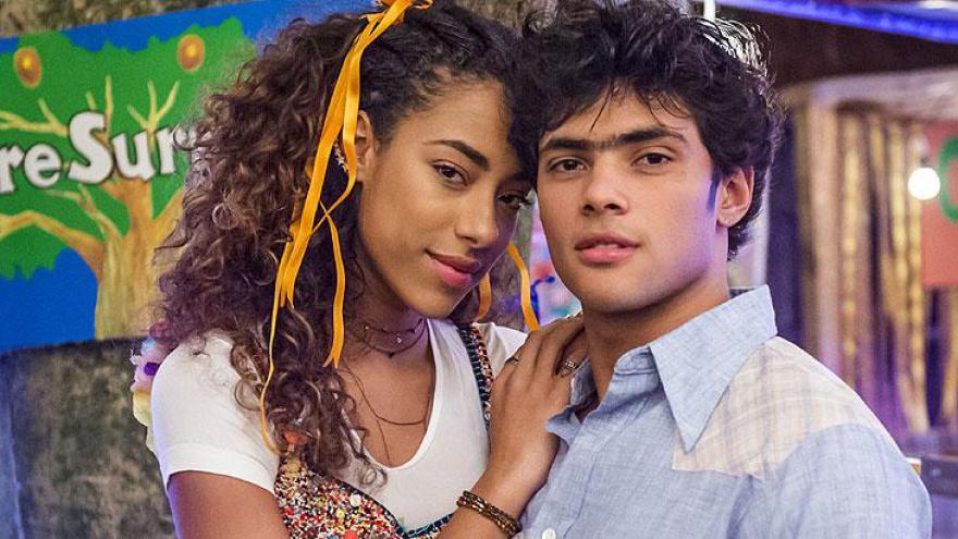 Jade ( Yara Charry ) e Érico ( Gabriel Fuentes ) na festa junina.