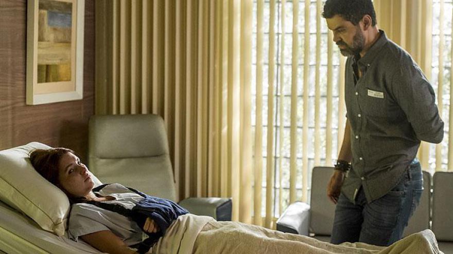 Rafael ( Carmo Dalla Vecchia ) chega na UTI para ver Flora ( Jennifer Oliveira ), que pede para conversar com ele