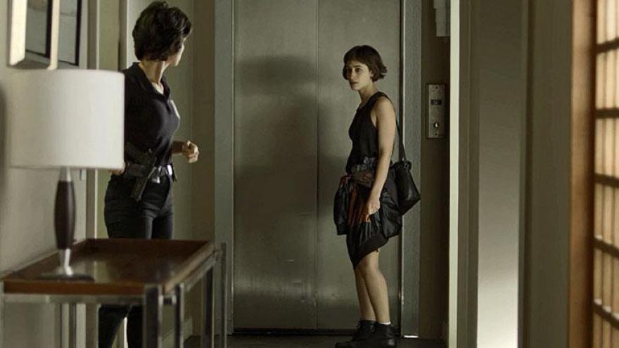 Viatura Ionan (Armando Babaioff) e Maura (Nanda Costa) chega na porta do hotel