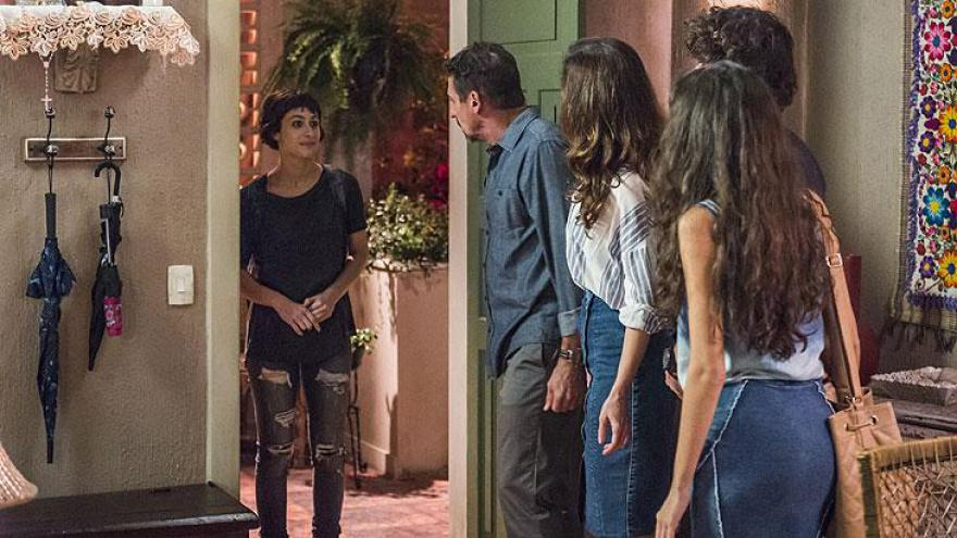 Manuela volta para a casa da família Garcia