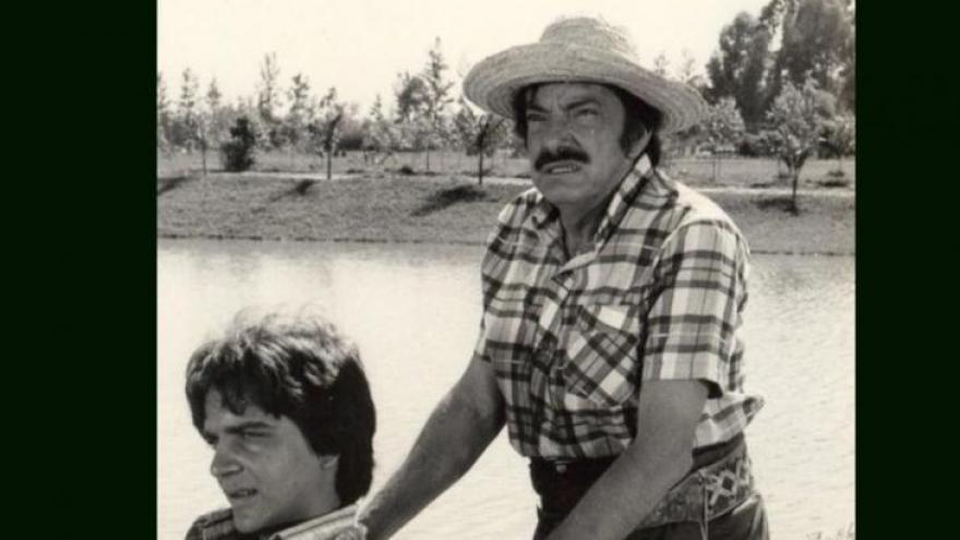 Mazzaropi carregando André em um dos seus filmes