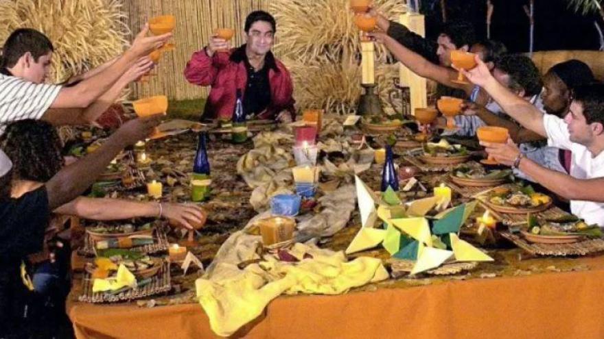 Durante o jogo, os participantes competem em equipe ou individualmente e uma das provas clássicas é a de comidas típicas e nada convencionais. Dos itens a seguir, qual não fez parte do cardápio?