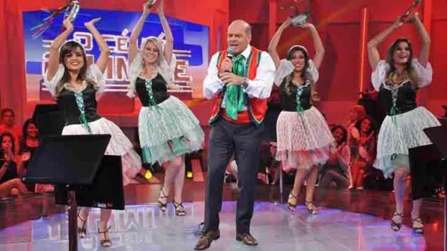 Marcelo de Carvalho canta e dança tarantela para comemorar marca de R$ 1 milhão distribuídos no game show