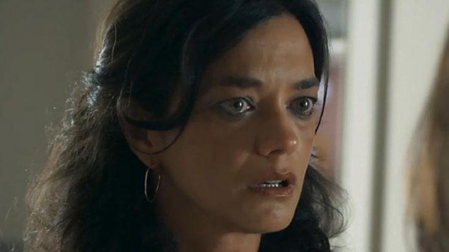 Missade (Ana Cecília Costa) se irrita ao ver Helena (Carol Castro) em sua porta