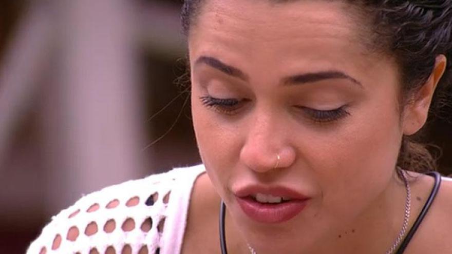Paula escuta Breno falar de Kaysar e se surpreende com falta de reação do sírio