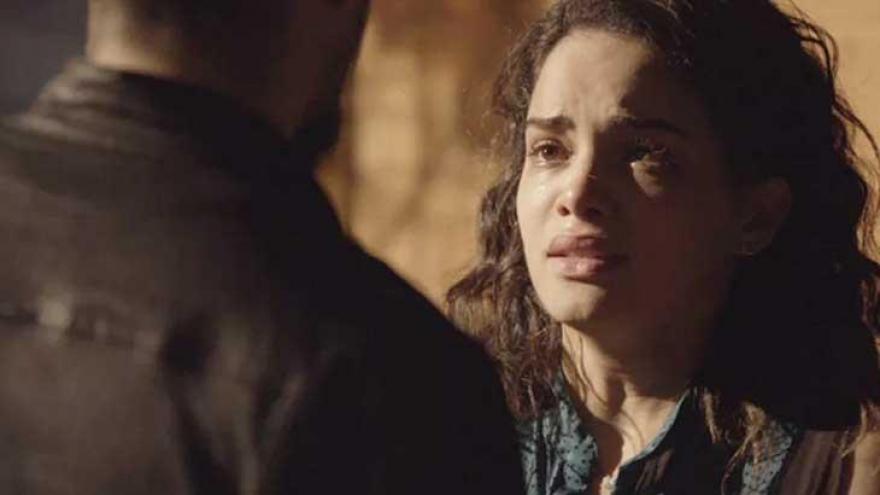 Paulinha (Carol Macedo) fica arrasada com a condenação do pai