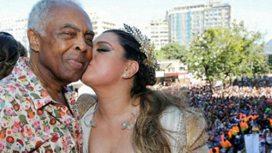 Preta Gil ao lado do pai, o cantor Gilberto Gil.