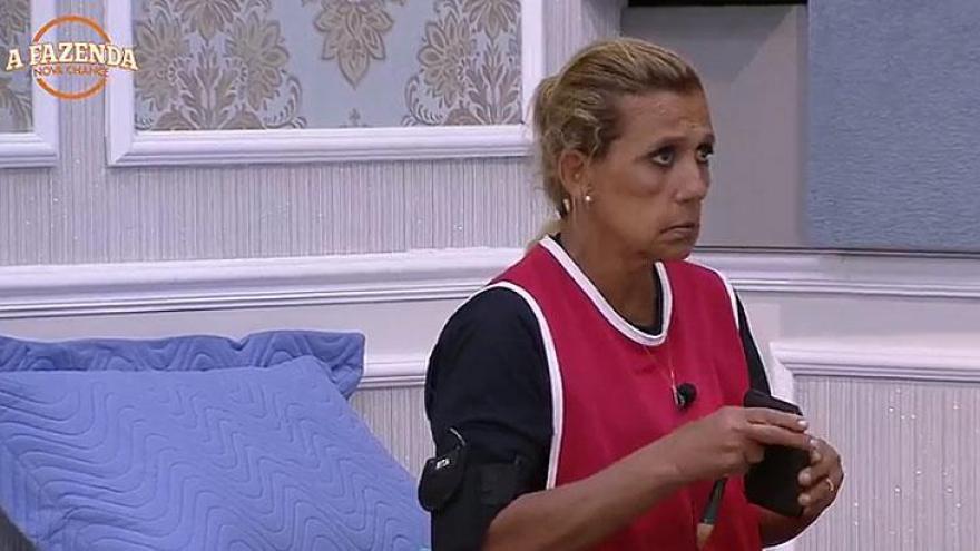 Rita Cadillac revela para Flávia Vianna o que ela falava enquanto dormia. A peoa fica chocada