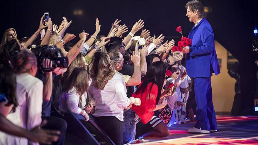 """O show terminou com """"Esse Cara Sou Eu"""" e """"Luz Divina"""", pano de fundo para a tradicional entrega das rosas"""