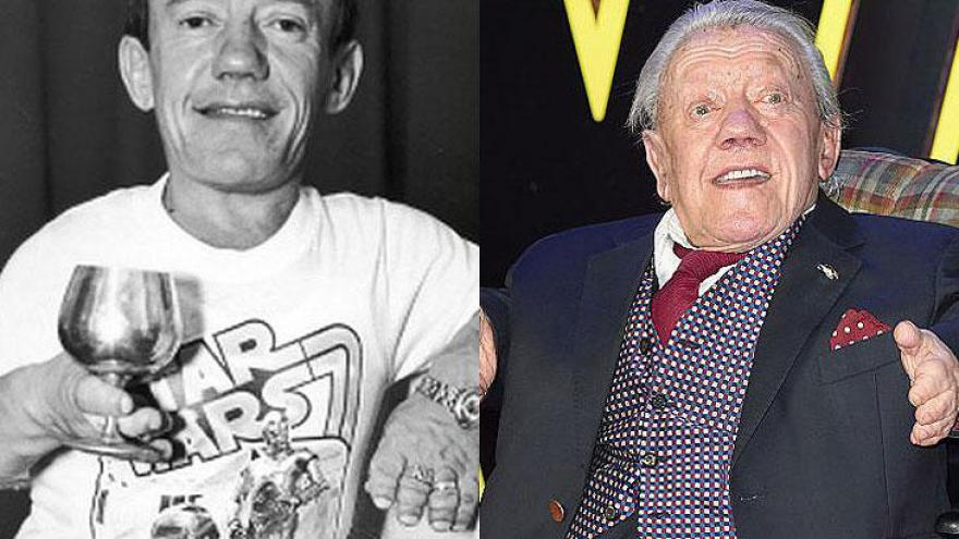 """Kenneth Baker (24/08/1934 – 13/08/2016): o ator Britânico ficou conhecido por interpretar R2-D2 na saga """"Star Wars"""". Anão, media 112 cm, faleceu ano passado, aos 81 anos;"""