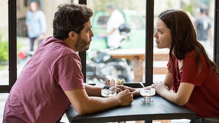 Júlia e Tiago tomando café na padaria