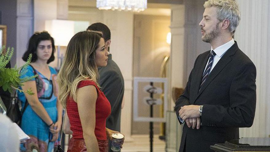 Sandra Helena sai arrasada do hotel, com todos os pertences que estavam em sua ex-suíte.