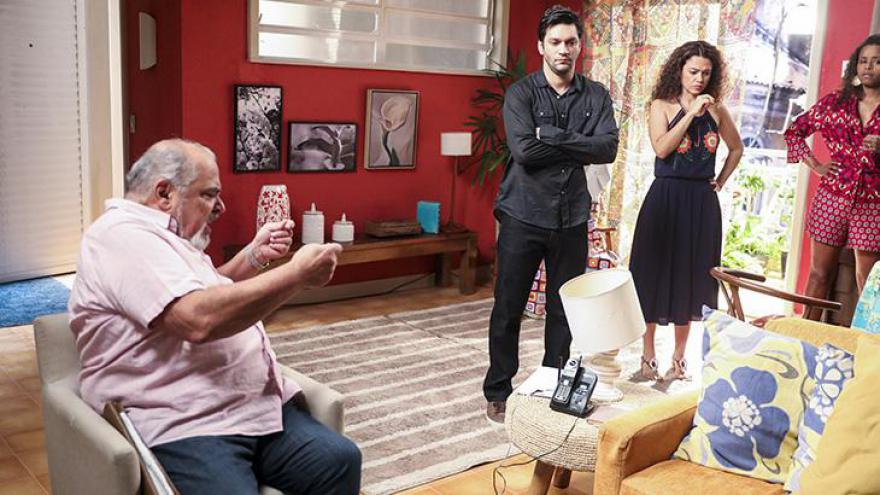 Agenor (Roberto Bonfim) conta caso de Maura (Nanda Costa) com Ionan (Armando Babaioff)