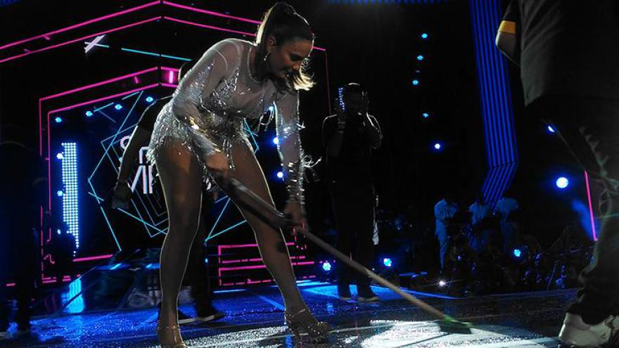 No palco, ela levou o público ao delírio ao pausar o show para ajudar a equipe de limpeza
