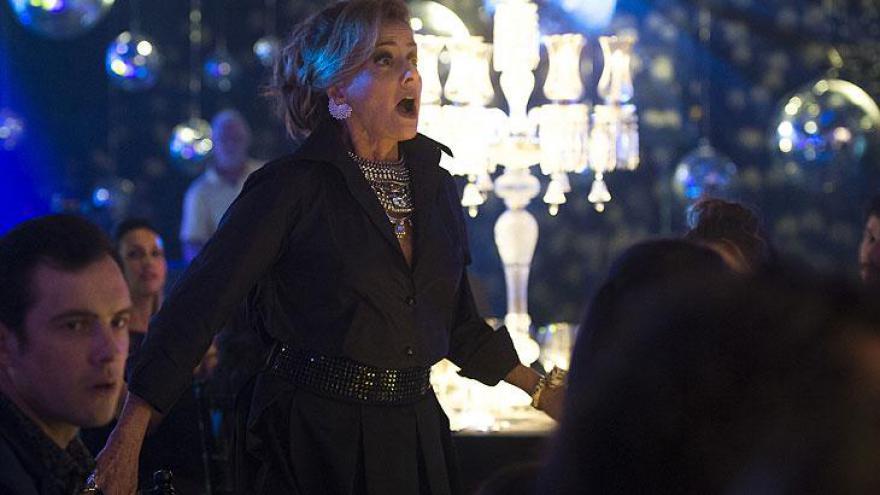 Sophia (Marieta Severo) chocada com o retorno triunfal de Clara