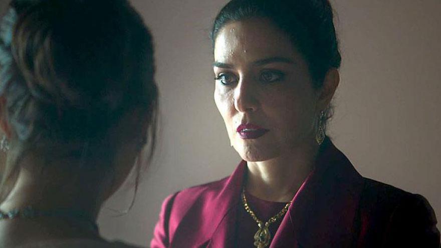 Soraia (Leticia Sabatella) tenta confortar Laila (Julia Dalavia