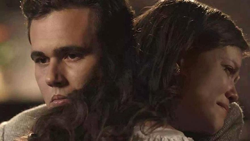 Maria Vitória não resiste a notícia e é amparada por Vicente