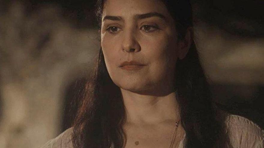 José Augusto coloca Delfina contra a parede. Ele desconfia da amante e quer saber se Delfina ajudou Maria Vitória a fugir do convento