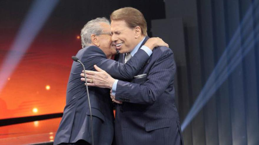 Emocionado, Carlos Alberto abraça Silvio Santos