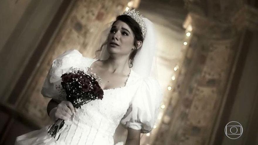 Valentina (Lilia Cabral) tem visão com sua versão jovem