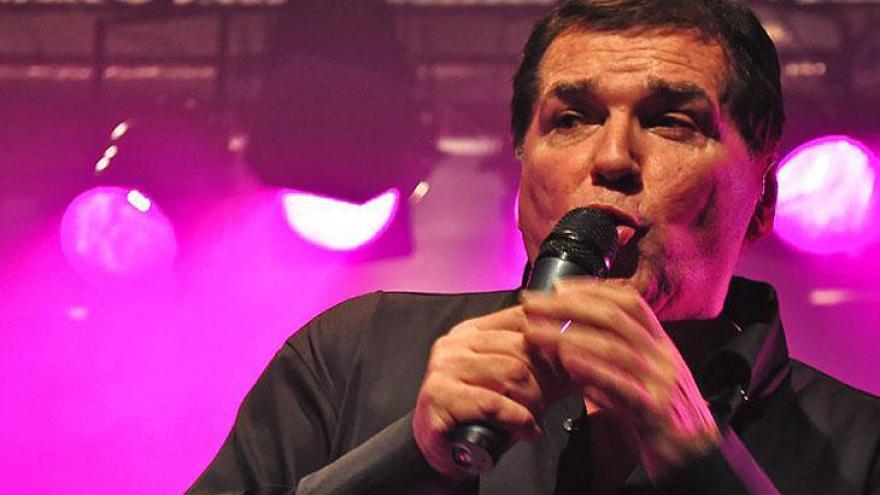 Jair Alves de Souza, mais conhecido como Jerry Adriani, estourou durante a Jovem Guarda, nos anos 60. Entre suas músicas, estão