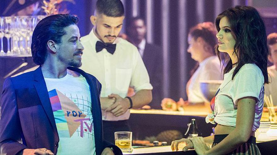 Vanessa (Camila Queiroz) e Jerônimo (Jesuita Barbosa) se conhecem na festa da PopTV.