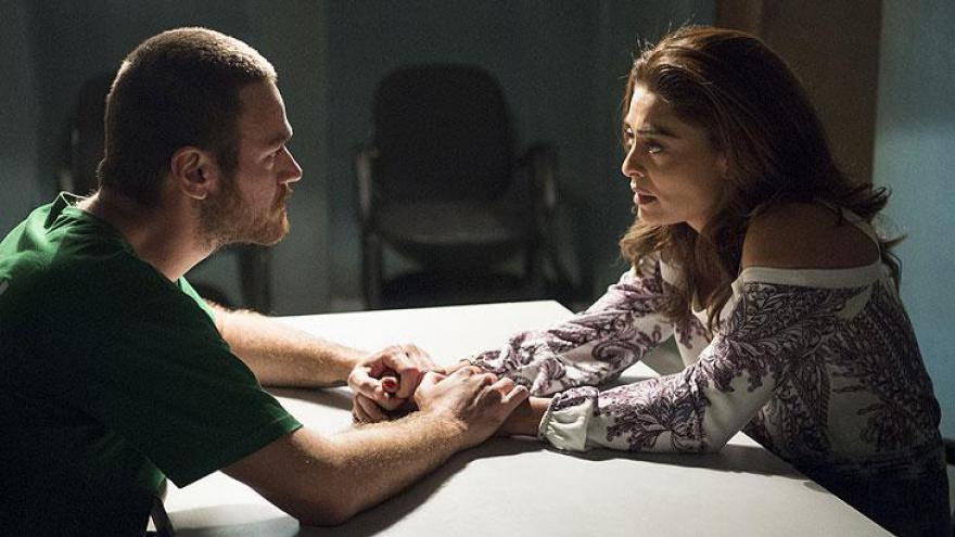 Rubinho ( Emílio Dantas ) diz a Bibi ( Juliana Paes ) que está com medo de ferrarem mais ele.