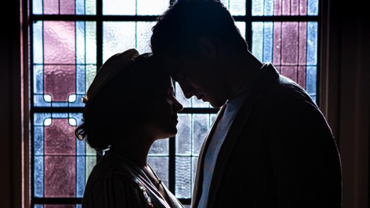 Em Éramos Seis, Isabel e Júlio ficarão a sós e acabarão se beijando. Foto: Divulgação/Gshow