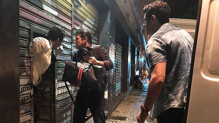 Malagueta pega as malas com Júlio e coloca na van