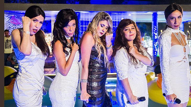 "Maria Clara Gueiros, Flavia Reis, Dani Calabresa, Débora Lamm e Thalita Carauta interpretam cantoras de 'sofrência' na ""Festa Dos Humoristas""."