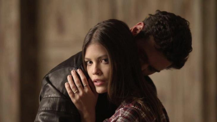 Cris Valencia fica assustada com a visita do noivo ao casarão de Júlia Castelo - Foto: Reprodução