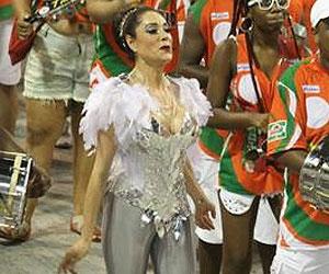 Christiane Torloni cai durante ensaio da escola de samba Grande Rio