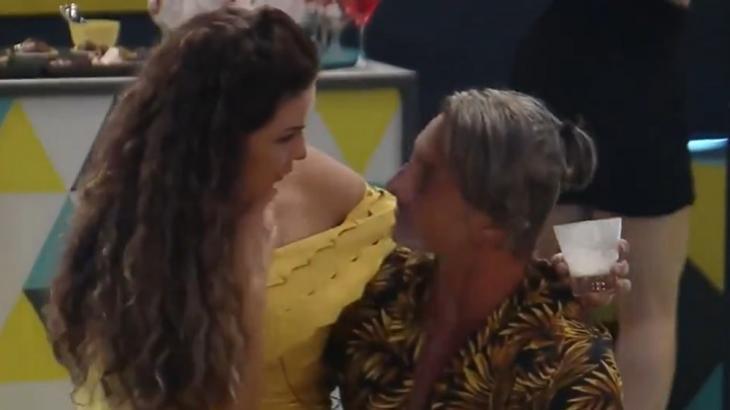 Cena de A Fazenda 2020 com Luiza Ambiel no colo de Juliano