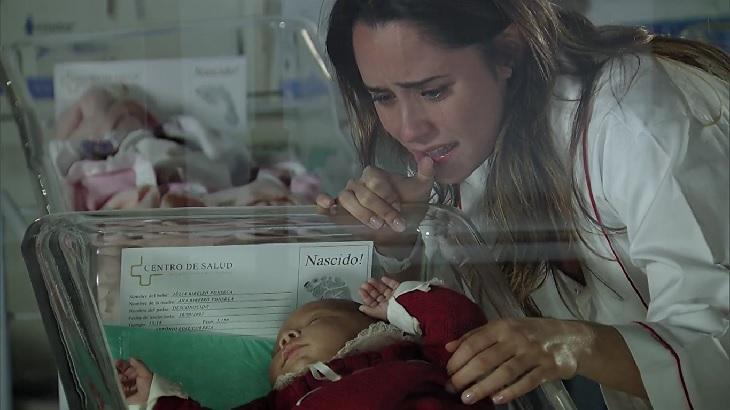 Cena de A Vida da Gente com Ana emocionada vendo um bebê no berçário