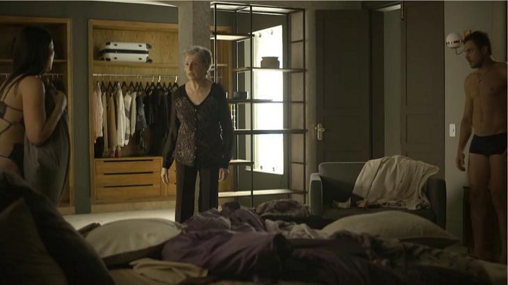 Berta flagra Vivi na cama com Chiclete em A Dona do Pedaço. Foto: Divulgação/Gshow