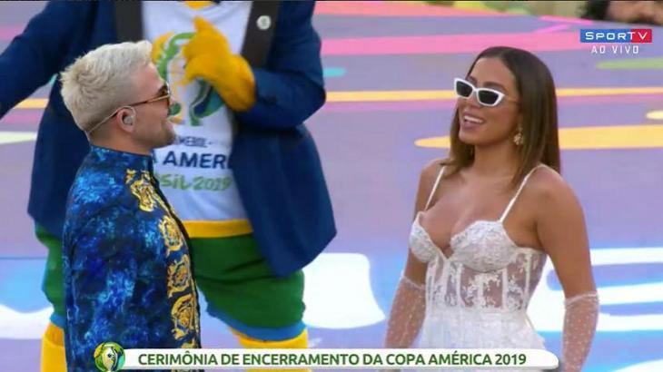 Anitta e Pedro Capó durante show de encerramento da Copa América, no Maracanã