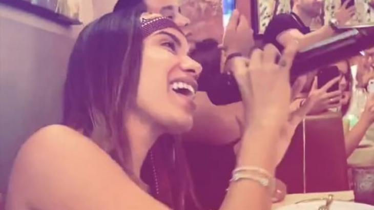 Anitta surpreende clientes de um restaurante e canta seus sucessos - Foto: Reprodução