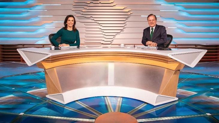 Apresentadores Chico Pinheiro e Ana Paula Araújo no novo cenário do