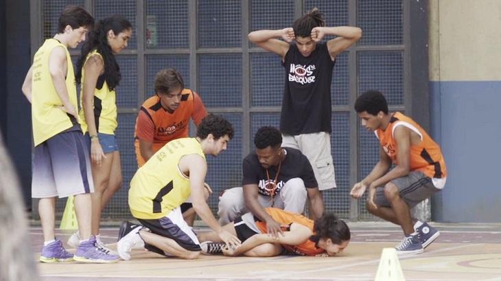 Bom Sucesso: Após encontrão em Vicente, Gabi se machuca