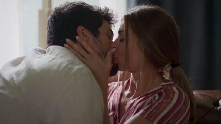 Bom Sucesso: Apaixonados, Marcos e Paloma se beijam e são flagrados por Nana