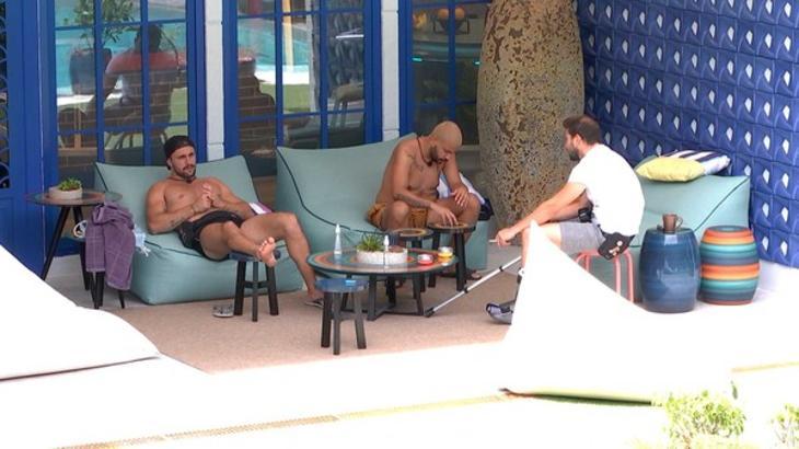 Caio, Projota e Arthur conversando sentados na área externa do BBB21