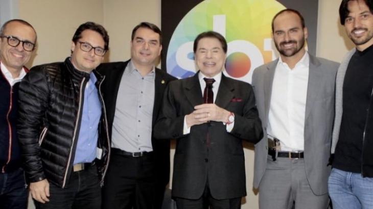 Flávio e Eduardo Bolsonaro posam para foto com Silvio Santos e outros parlamentares, como Fábio Faria, marido de Patrícia Abravanel